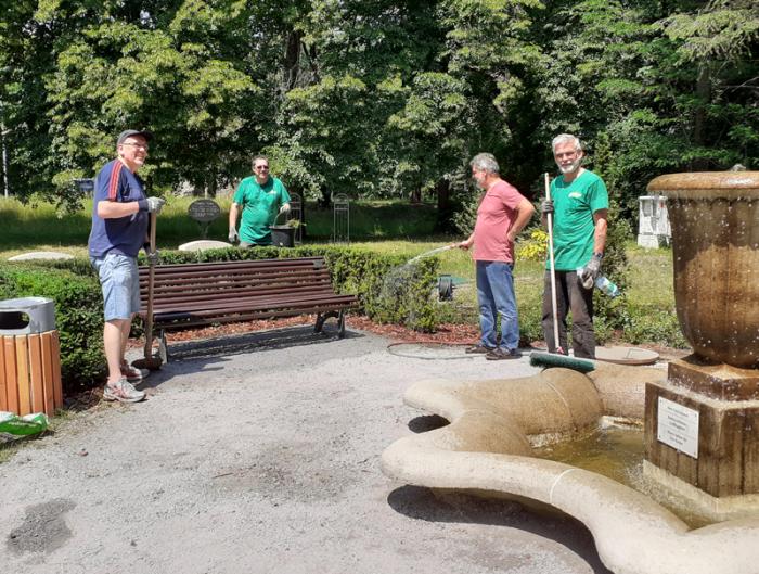 Vereinsmitglieder am Jugendstilbrunnen auf dem Georgenberg. Foto: A. Kießlich, LAGA-Verein